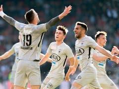 Der «Major» lässt sich feiern: Stefan Maierhofer (links) brachte den FC Aarau in Führung (Bild: KEYSTONE/LAURENT GILLIERON)