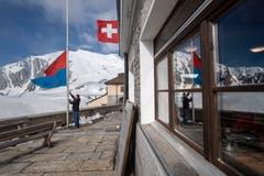 Die Fahne des Kantons Tessin, links, sowie die Schweizer Fahne wehen auf dem Gotthardpass. (Bild: KEYSTONE/Pablo Gianinazzi, 30. Mai 2019)