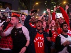 Jubel der Fans über eine historische Leistung: Die Toronto Raptors erreichten erstmals die NBA-Finals (Bild: KEYSTONE/AP The Canadian Press/CHRIS YOUNG)