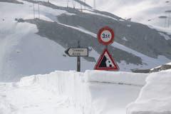 Strassenschild Richtung Tremolastrasse, die wegen Lawinengefährdung noch geschlossen ist. Andere Teile der Gotthard-Passstrasse wurden auf die Sommersaison hin für den Verkehr kurzzeitig geöffnet. (Bild: KEYSTONE/Pablo Gianinazzi, 30. Mai 2019)
