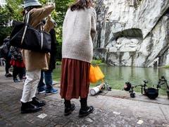Aufwendige Ausrüstung: Die Unterwasserfotografin Heidi Hostettler im Löwenteich in Luzern. (Bild: KEYSTONE/ALEXANDRA WEY)