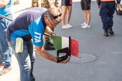 Ein Mann vermisst das Ruder eines italienischen Athleten. (Bild: Roger Grütter, Luzern, 31. Mai 2019)