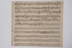"""Einer der wertvollsten Schätze des Klosters; Autografes Skizzenblatt von Wolfgang Amadeus Mozart zum alternativen Andante der """"Pariser Sinfonie"""" aus dem Jahre 1778."""