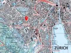 Zum Geiseldrama mit drei Toten kam es am Freitag in Zürich-Wiedikon (roter Pfeil). (Bild: Swisstopo)