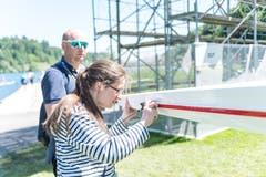 Eine Frau montiert das GPS-Gerät an einem Ruderboot. (Bild: Roger Grütter, Luzern, 31. Mai 2019)