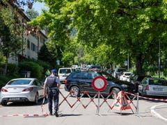 Das Gebiet rund um den Tatort wurde grossflächig abgesperrt. (Bild: KEYSTONE/ENNIO LEANZA)