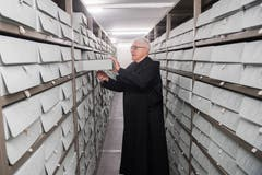 Pater Lukas in der Musikbibliothek.