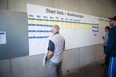 Interessierte informieren sich über die Startlisten an der Ruder-EM am Rotsee. (Bild: Roger Grütter, Luzern, 31. Mai 2019)