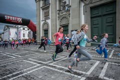 Es scheint, als rennen diese Mädchen den dunklen Wolken davon. (Bild: Pius Amrein, 4. Mai 2019)