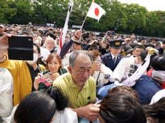 Alle wollen ihn sehen: Riesenandrang vor dem ersten öffentlichen Auftritt des neuen japanischen Kaisers Naruhito. (Bild: KEYSTONE/AP/EUGENE HOSHIKO)