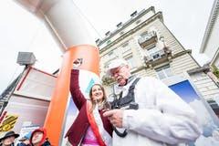 Die Rosenkönigin aus Weggis, Fabienne Joller, beim Startschuss des ersten Rennens. (Bild: Roger Grütter, 4. Mai 2019)