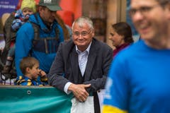 Der ehemalige Stadtpäsident Urs W. Suder ist Zuschauer des Luzener Stadtlaufs. (Bild: Dominik Wunderli, 4. Mai 2019)