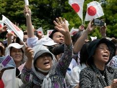 Begeisterung für den neuen Kaiser: Die Menge schwenkt Fähnchen und jubelt. (Bild: KEYSTONE/EPA/KIMIMASA MAYAMA)