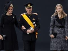 Der belgische König Philippe (Mitte) mit Königin Mathilde (l.) und Prinzessin Elisabeth (r.) bei ihrer Ankunft. (Bild: Keystone/EPA/JULIEN WARNAND)