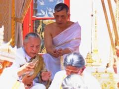 Reinigungsritual vor der Krönung: Maha Vajiralongkorn wird gewaschen und gesalbt. (Bild: KEYSTONE/AP Thai TV Pool)