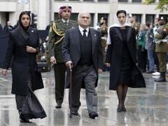 Auch der jordanische Kronprinz und Bruder der Königs, El Hassan Bin Talal, erweist dem Grossherzog die letzte Ehre, zusammen mit den Prinzessinen Sarvath (l.) und Badiya. (Bild: Keystone/EPA/JULIEN WARNAND)
