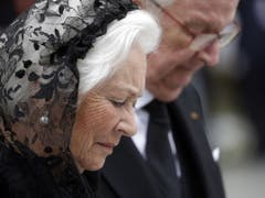 Die frühere belgische Königin Paola (l.) und König Albert II beim Verlassen des Gottesdienstes. (Bild: Keystone/EPA/JULIEN WARNAND)