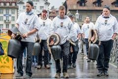 Die Trychler begleiten den Stadtlauf musikalisch. (Bild: Nadia Schärli, 4. Mai 2019)
