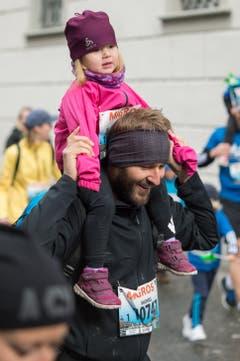 Vater und Tochter geniessen den Luzerner Stadtlauf. (Bild: LZ, 4. Mai 2019)