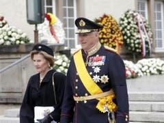 Der norwegische König Harald (r.) mit Königin Sonja (l.) verlassen die Kathedrale Notre Dame nach der Beerdigung. (Bild: Keystone/EPA/JULIEN WARNAND)