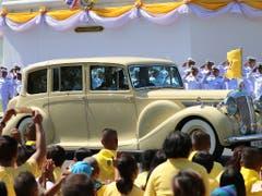 Anfahrt im Rolls Royce: Thailands Königspaar auf dem Weg zur Krönung. (Bild: KEYSTONE/AP/SAKCHAI LALIT)