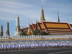 Warten auf den neuen König: Offiziere stehen vor dem Grossen Palast in Bangkok. (Bild: KEYSTONE/AP/SAKCHAI LALIT)