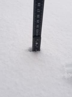 In Grub SG sind bereits am frühen Morgen fast 20 Zentimeter Neuschnee gefallen. (Bild: Reni Berlanda-Schmid)