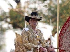 Die Prozession ist für die meisten Thais eine einmalige Gelegenheit, ihren König aus der Nähe zu sehen. (Bild: Keystone/EPA/RUNGROJ YONGRIT)