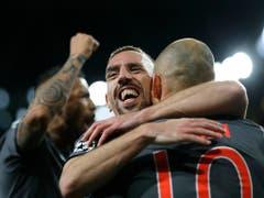 Franck Ribéry umarmt Arjen Robben. Auch dank diesem famosen Duo sammelte Bayern München in den letzten zehn Jahren zahlreiche Titel (Bild: KEYSTONE/AP/FRANK AUGSTEIN)