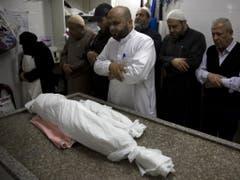 Palästinenser beten vor der Beerdigung beim getöteten 14-jährigen Mädchen. (Bild: Keystone/AP/KHALIL HAMRA)