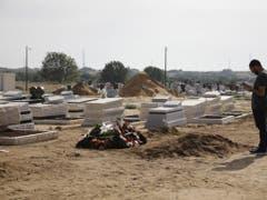 Ein Mann betet am Grab eines getöteten Mannes im südisraelischen Askelon. (Bild: Keystone/AP/SEBASTIAN SCHEINER)