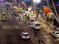 Grossaufgebot von Kranken- und Polizeiautos nach dem Brandunglück am Moskauer Flughafen Scheremetjewo. (Bild: KEYSTONE/AP/ALEXANDER ZEMLIANICHENKO)