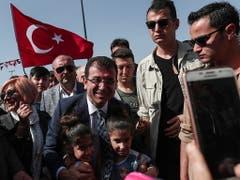 Bei der Wahl vom 31. März war Ekrem Imamoglu (Mitte) von der oppositionellen Mitte-Links-Partei CHP zum neuen Bürgermeister gewählt worden. Dieses Amt könnte ihm nun wieder entzogen werden. (Bild: KEYSTONE/EPA/SEDAT SUNA)