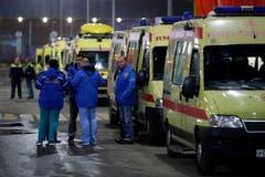 Ambulanzen am Flughafen. (Bild: EPA/SERGEI ILNITSKY)