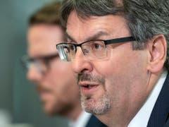 BAV-Direktor Peter Füglistaler, im Hintergrund sei Chefrevisor Pascal Stirnimann. Sie wollen künftig über die korrekte Verwendung von Subventionen wachen. (Bild: KEYSTONE/PETER SCHNEIDER)