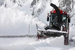 Die Schneefräsen bahnen sich einen Weg in Richtung Gotthardpass auf 2108 Meter über Meer. (Bild: Alexandra Wey / Keystone, 6. Mai 2019)