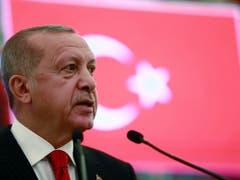 Präsident Recep Tayyip Erdogan hat sich durchgesetzt: Seine Partei hat Ende März das Amt des Bürgermeisters von Istanbul an die oppositionelle CHP verloren und anschliessend Beschwerde gegen die Wahl eingelegt. Diese wird nun wiederholt. (Bild: KEYSTONE/AP Pool Presidential Press Service)