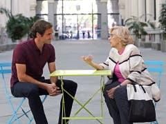 Federer im Gespräch mit der Stadtpräsidentin von Madrid (Bild: KEYSTONE/EPA EFE/CHEMA MOYA)