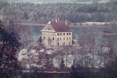 Das Schloss hier um 1980 ohne Kapelle, Ecktürme und Umfassungsmauer. Diese wurden sehr wahrscheinlich Anfang des 19. Jahrhunderts abgerissen. (Bild: Gemeinde Mauensee/ Archiv Markus Lischer)