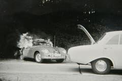Ein Autounfall bei der Kurve Waldheim. Rechts ein Ford Taunus, genannt «Badewanne». Links ein Porsche 356 Cabriolet, höchstwahrscheinlich aus dem Jahr 1959. (Bild: Archiv Christian Koch/ Gemeinde Mauensee)