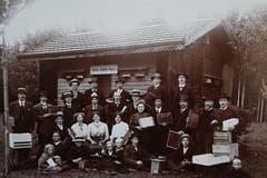 Versammlung der «NIGRA» Bienenköniginnen Zucht-Familie. (Bild: Archiv Christian Koch/ Gemeinde Mauensee)