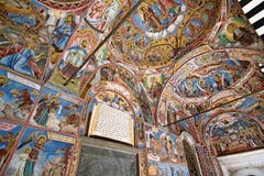 Wand- und Deckengemälde zeigen biblische Szenen.