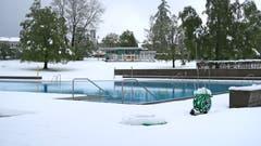 In sechs Tagen ist Saisoneröffnung... Die Badi Rotmonten im Winterkleid. (Bild: Jakob Hagmann)