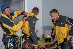 Die Heli-Retter der Alpinen Rettung Schweiz bereiten sich auf ihren Einsatz vor. (Bild: Nadia Schärli, 8. Mai 2019)