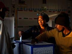 Rund 27 Millionen Bürgerinnen und Bürger waren in Südafrika aufgerufen, die 400 Abgeordneten des Parlaments in Kapstadt sowie Provinzvertretungen zu wählen. (Bild: KEYSTONE/AP/BEN CURTIS)