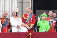 Die ganze Familie auf dem Balkon des Buckingham-Palastes: Prinz Charles, Herzogin Kate, Prinzessin Charlotte, Prinz George, Prinz William, Prinz Harry und die Queen mit ihrem Mann Prinz Philip. (Bild: EPA/FACUNDO ARRIZABALAGA)