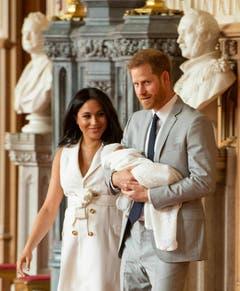 Prinz Harry und Herzogin Meghan zeigen ihr Baby am 8. Mai 2019 der Öffentlichkeit. (Bild. Dominic Lipinski/Pool via AP)