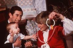 Prinz Charles nun ein erwachsener Mann mit seiner Familie: Prinz William (als Baby) und Prinzessin Diana (rechts) im Jahr 1982. (Bild: KEYSTONE)