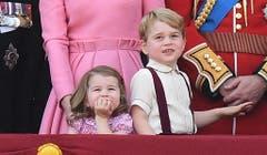 Prinz George und Prinzessin Charlotte während der Geburtstagsparade für den 91. Geburtstag der Queen 2017. (Bild: EPA/FACUNDO ARRIZABALAGA)