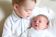 Prinz George (links) hält seine neugeborene Schwester Prinzessin Charlotte im Arm, 2015. Mama Kate schoss das Bild. (Bild: EPA/The Duchess of Cambridge)